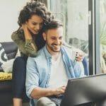 Couple heureux de réaliser que l'assurance hypothécaire n'est pas obligatoire