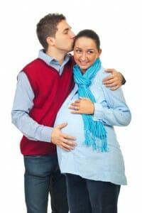 Jeune parents attendant leur premier enfant