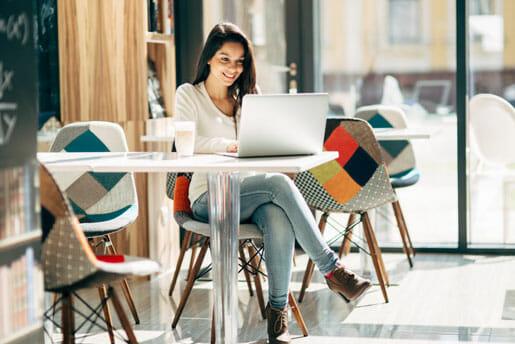 Jeune femme se demandant s'il vaut mieux une assurance temporaire ou une assurance hypothécaire
