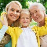 Mère et grand-mère avec leurs filles qui recevra un héritage