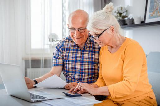 Un couple de retraité qui consulte de l'information par rapport à l'assurance payable en 10 ans