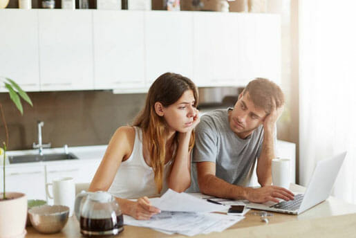 Un couple s'interroge à propos de la souscription à une assurance vie entière