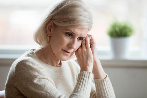 Une femme triste d'avoir manqué sont renouvellement d'assurance hypothécaire