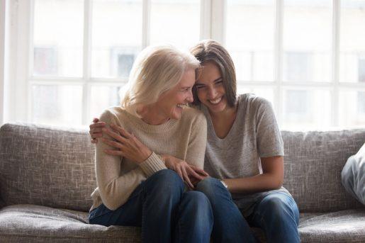 Une dame et sa mère réalisent avec joie les avantages de l'assurance héritage pour les grand-parents