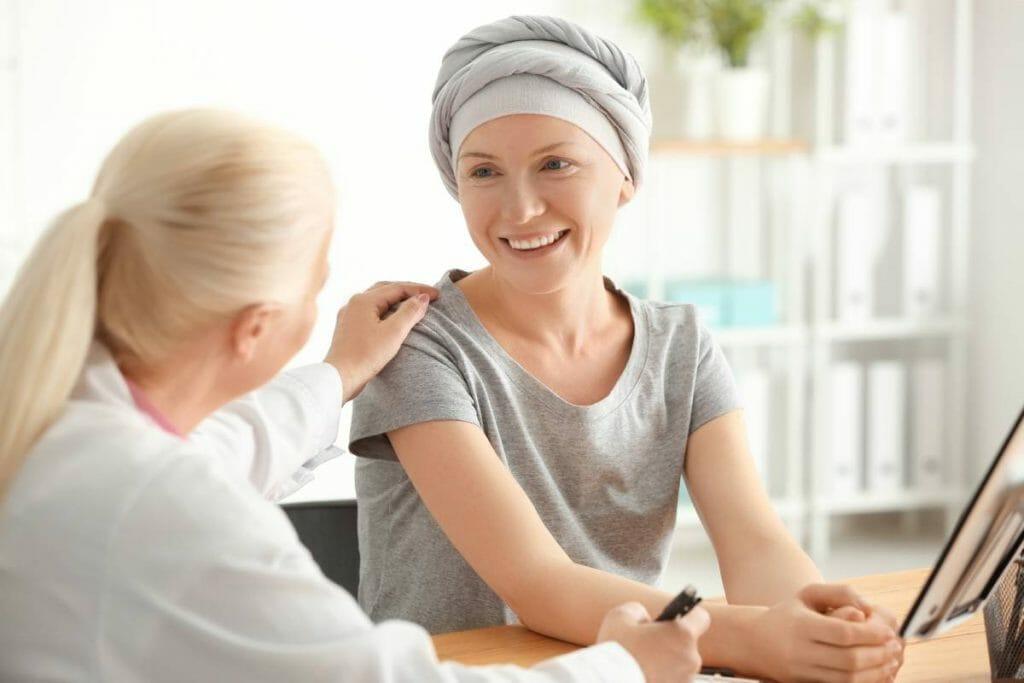 Femme qui comprend la différence entre assurance maladies graves et assurance invalidité
