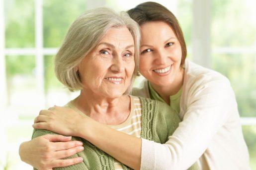 Une femme enlace sa grand-mère heureuse d'avoir souscrit une assurance vie