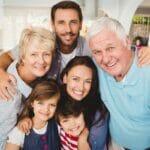 Grand-père avec une assurance vie héritage avec un enfant