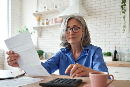 Une femme hésite entre choisir une assurance vie ou hypothécaire