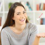 Une jeune dame souriante et très heureuse de son assurance vie pour hypothèque