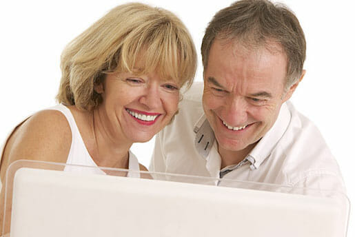 Couple de 60 ans qui se demande quelle assurance choisir