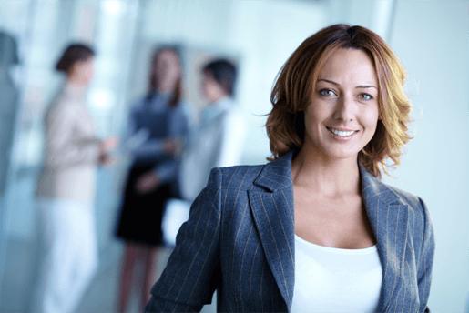 Femme ayant fait le choix entre une assurance vie temporaire et une assurance vie permanente