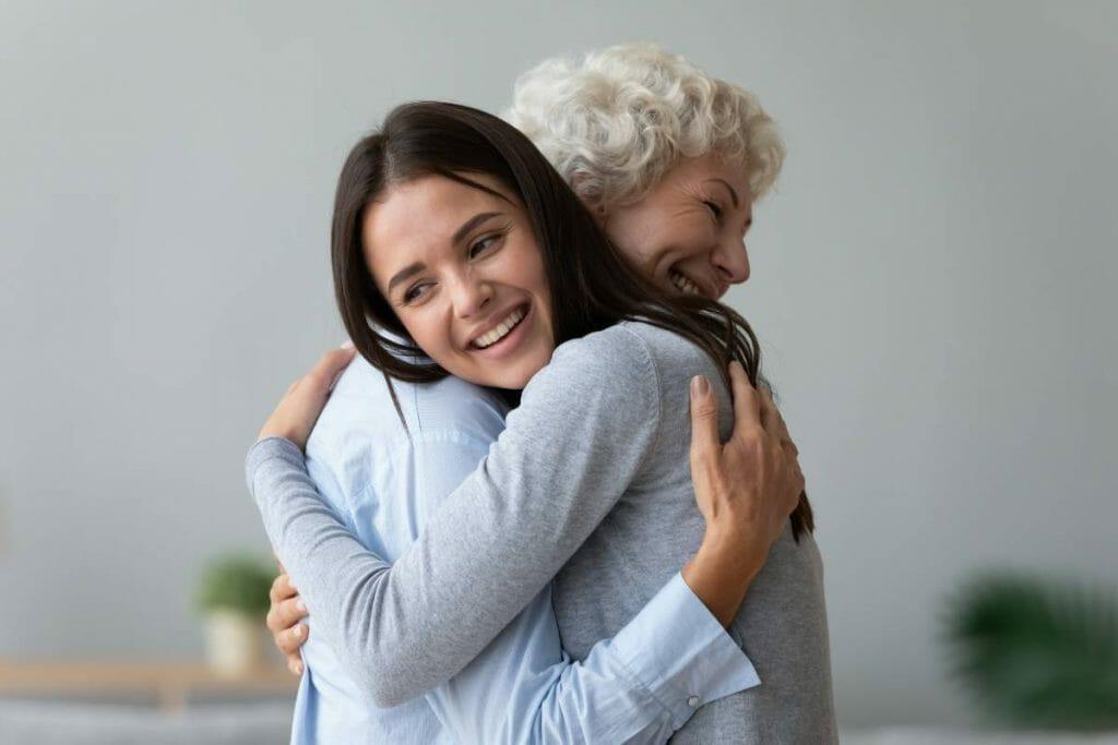 fille avec sa mère qui fait un placement de retraite sous forme d'assurance vie