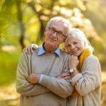 Couple qui en sait plus sur l'héritage, l'assurance vie et l'impôt